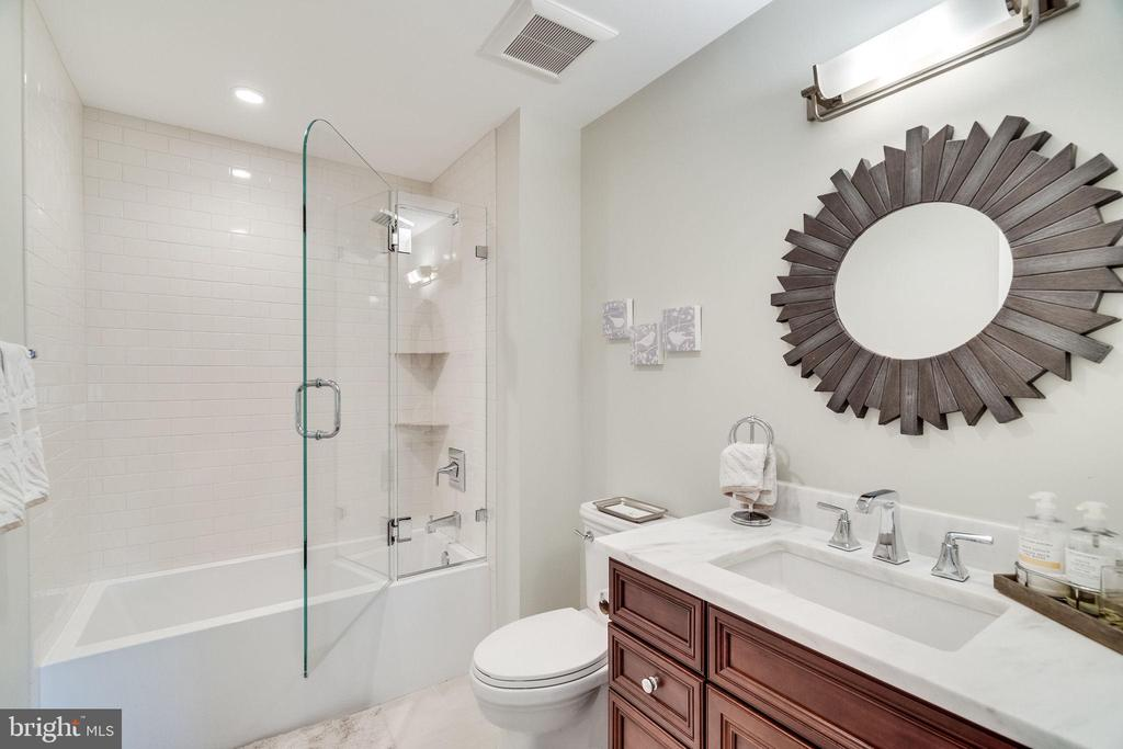 En suite bath for third bedroom - 6221 ARKENDALE RD, ALEXANDRIA