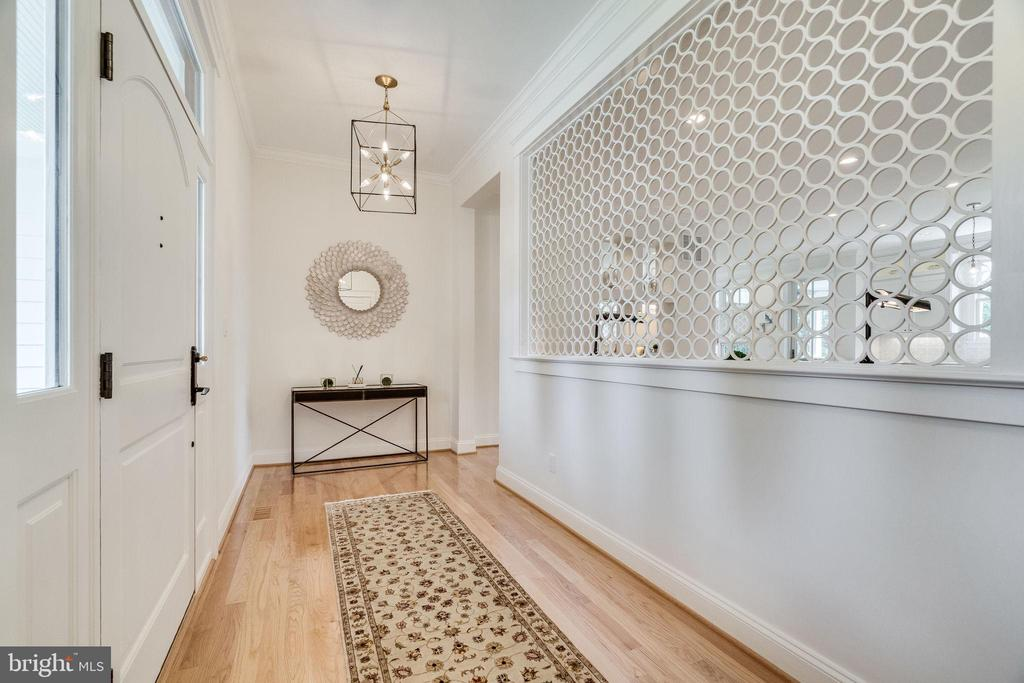 Welcoming separate foyer - 6221 ARKENDALE RD, ALEXANDRIA