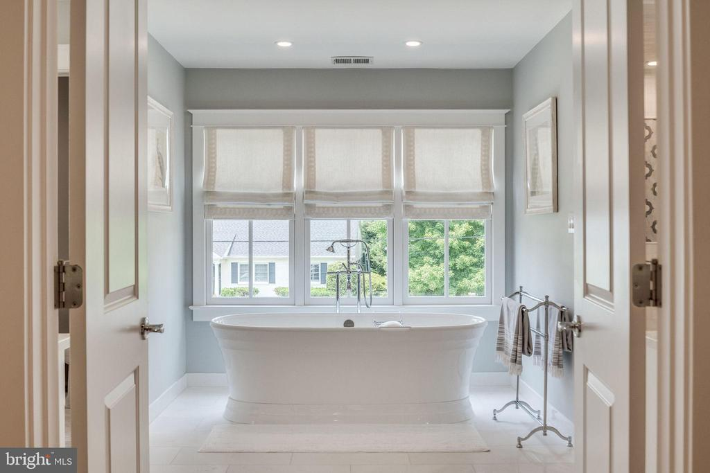 Impressive owner's bath with soaking tub - 6221 ARKENDALE RD, ALEXANDRIA