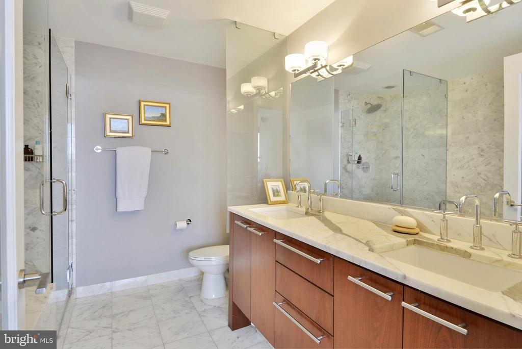 Master en suite bathroom - 2001 15TH ST N #1104, ARLINGTON