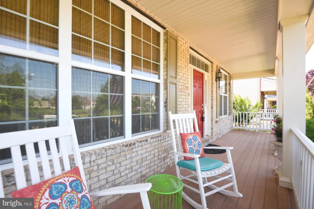 Covered front porch - 43217 BARNSTEAD DR, ASHBURN