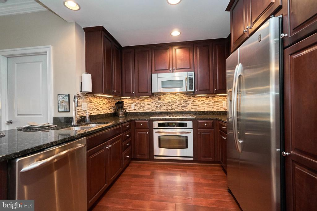 Stainless steel appliances with gas cooking - 3625 10TH ST N #205, ARLINGTON