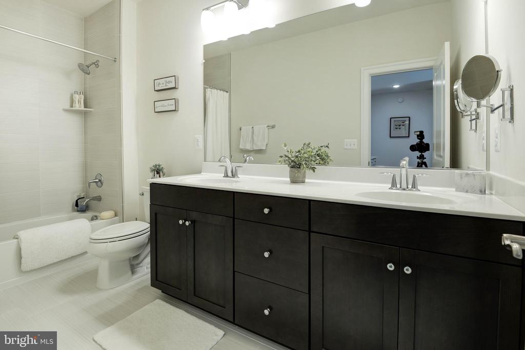 Upper Level Hall Bath - 1057 MARMION DR, HERNDON