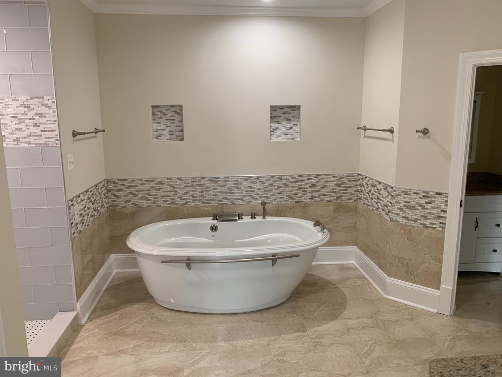 large soaking tub - 11400 QUAILWOOD MANOR DR, FAIRFAX STATION