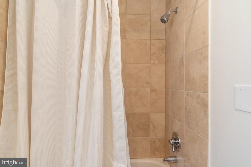 Second Bath and Tub - 600 KENTUCKY AVE SE #B, WASHINGTON