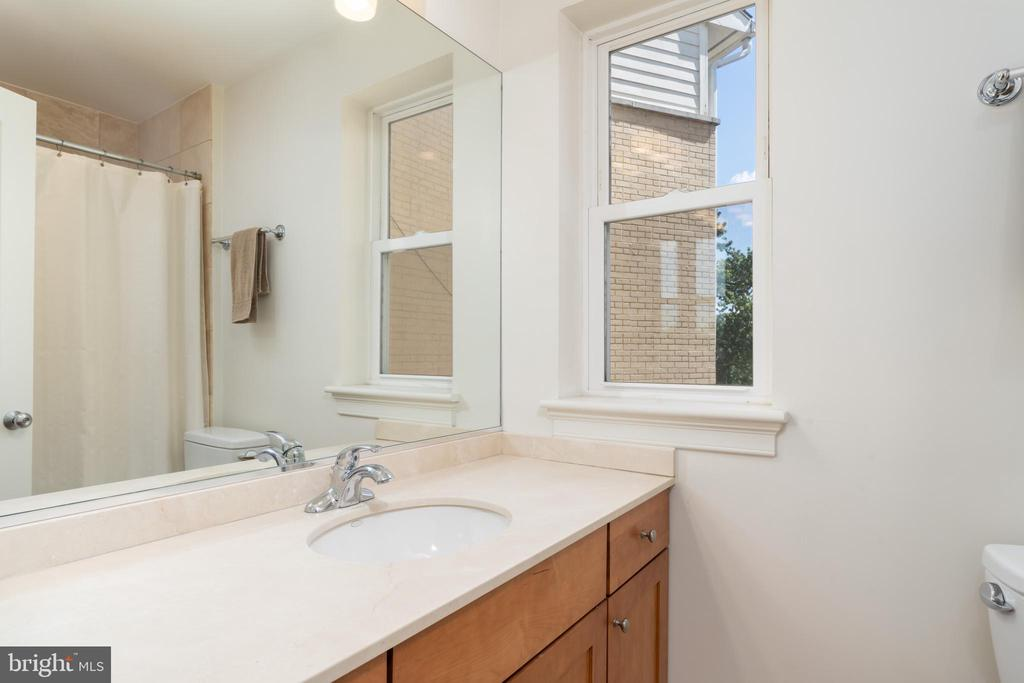Second Bathroom with Tub - 600 KENTUCKY AVE SE #B, WASHINGTON