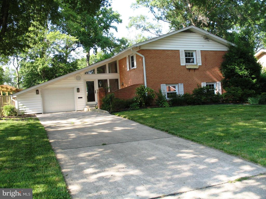 Long private driveway and attached garage - 2500 CHILDS LN, ALEXANDRIA