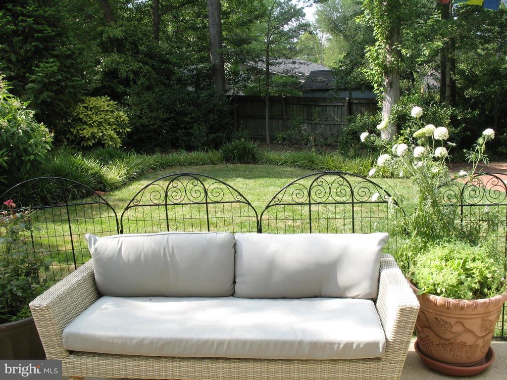 Tranquil, private and beautiful backyard - 2500 CHILDS LN, ALEXANDRIA