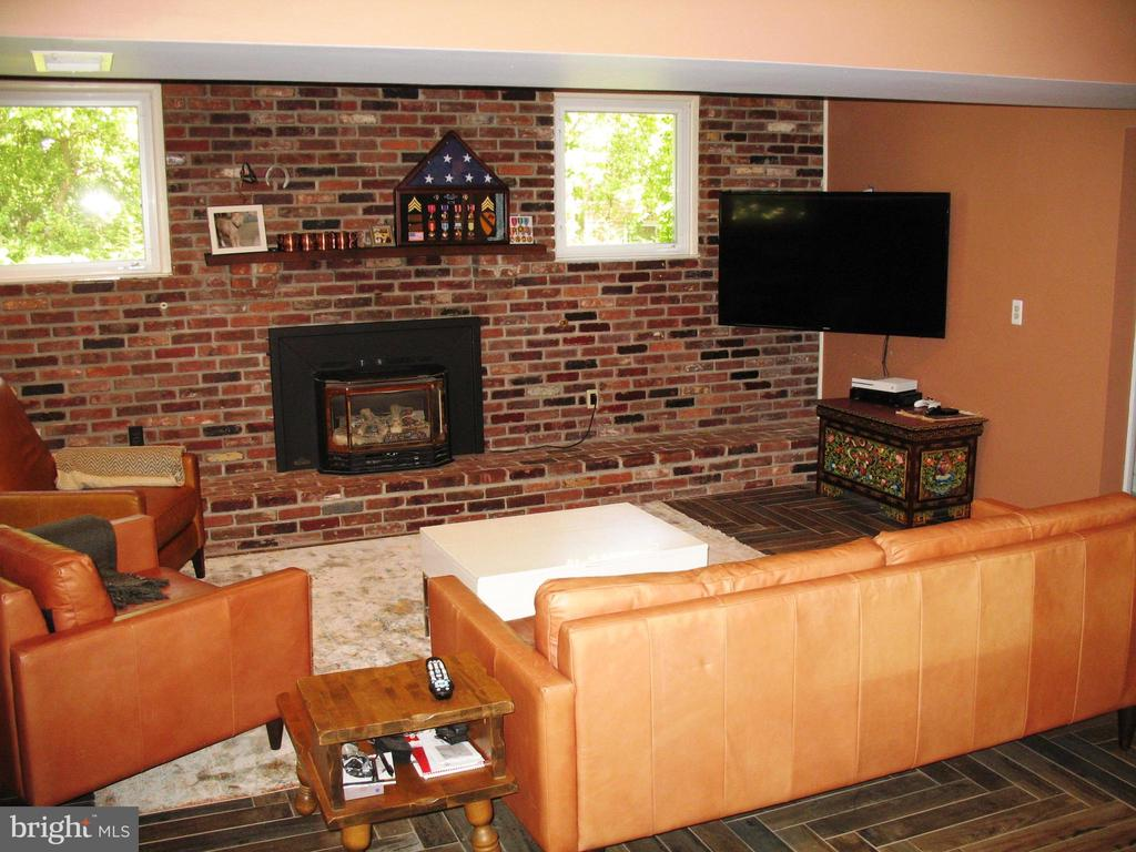 Mounted TV in family room conveys - 2500 CHILDS LN, ALEXANDRIA
