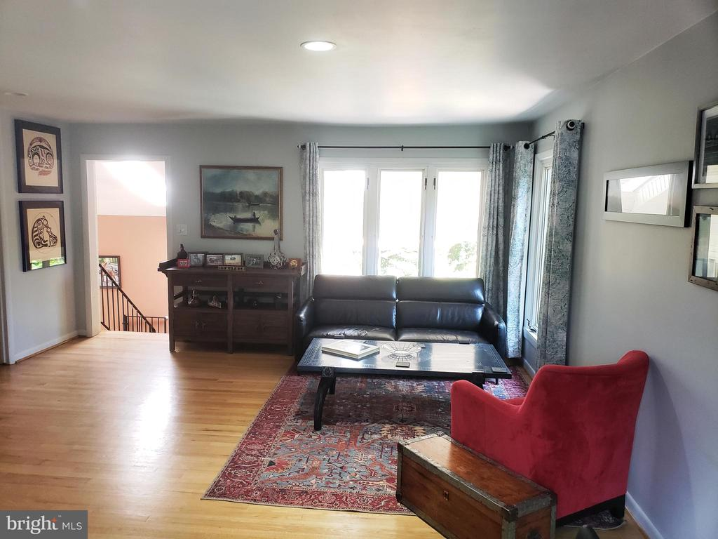 Open living with lots of natural light all day - 2500 CHILDS LN, ALEXANDRIA