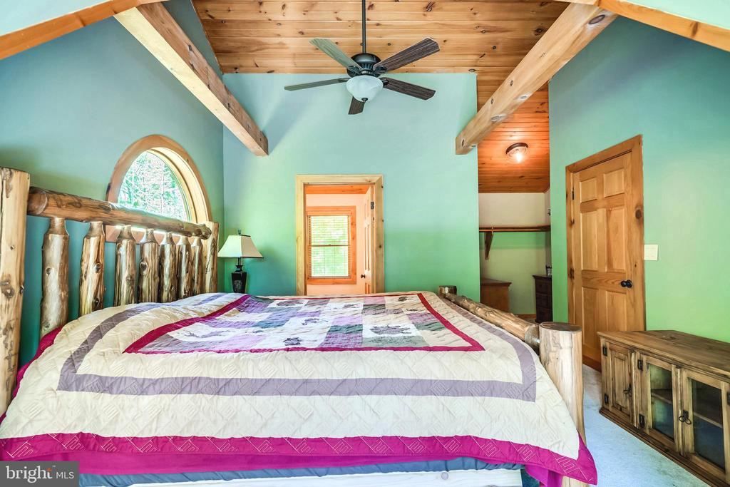 Gorgeous cathedral ceiling in the master bedroom. - 13533 CATOCTIN HOLLOW RD, THURMONT
