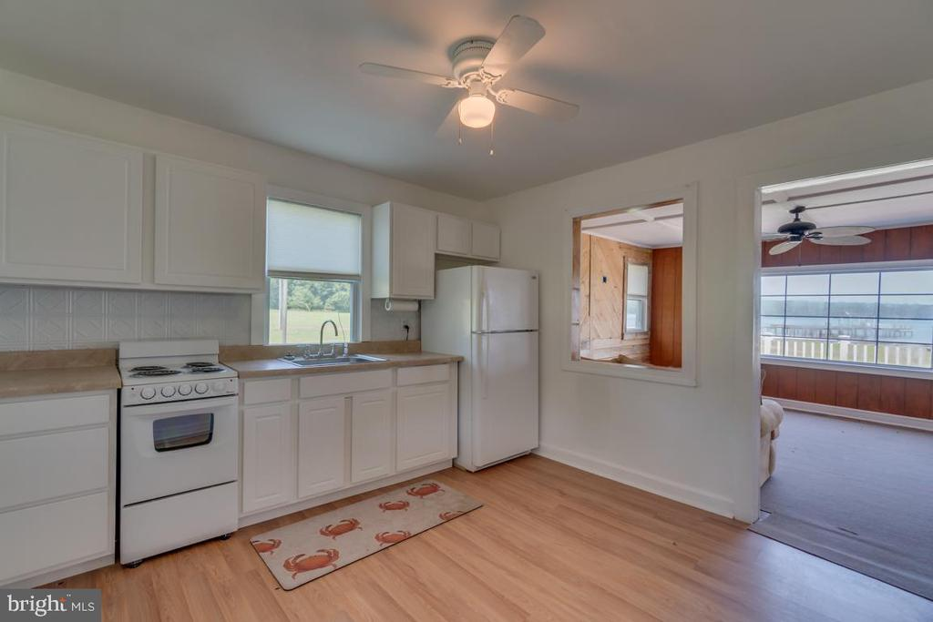 Kitchen Opens to Family Room - 2619 LYNN ALLEN RD, KING GEORGE