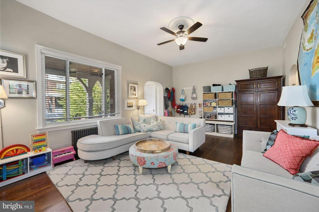 Very spacious living room - 520 ONEIDA PL NW, WASHINGTON