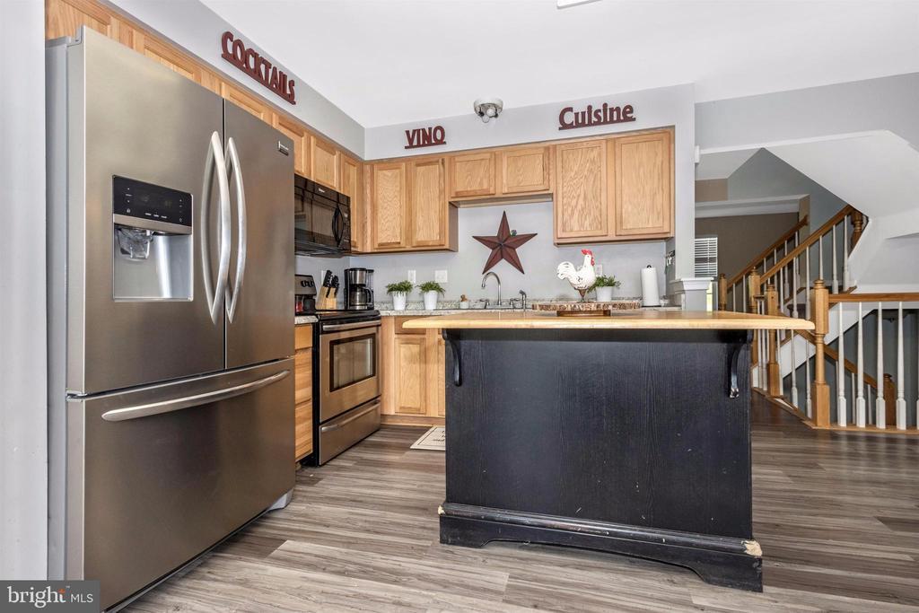 Large kitchen with island - 211 RIDGE VIEW LN, HANOVER