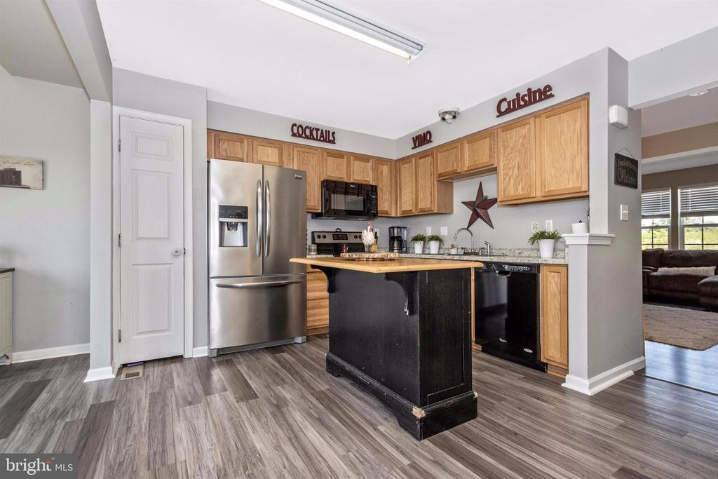 Plenty of cabinets and pantry - 211 RIDGE VIEW LN, HANOVER