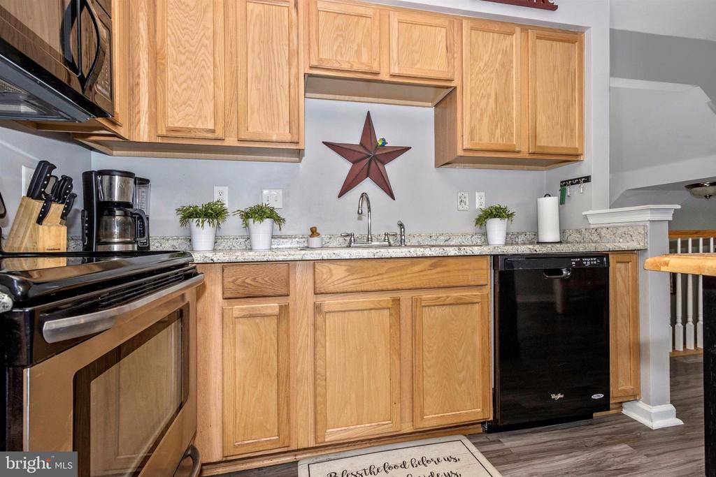 Neutral paint and newer countertops - 211 RIDGE VIEW LN, HANOVER