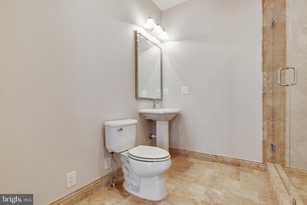Full Bath En Suite to Large Upper Level Bedroom - 15879 FROST LEAF LN, LEESBURG