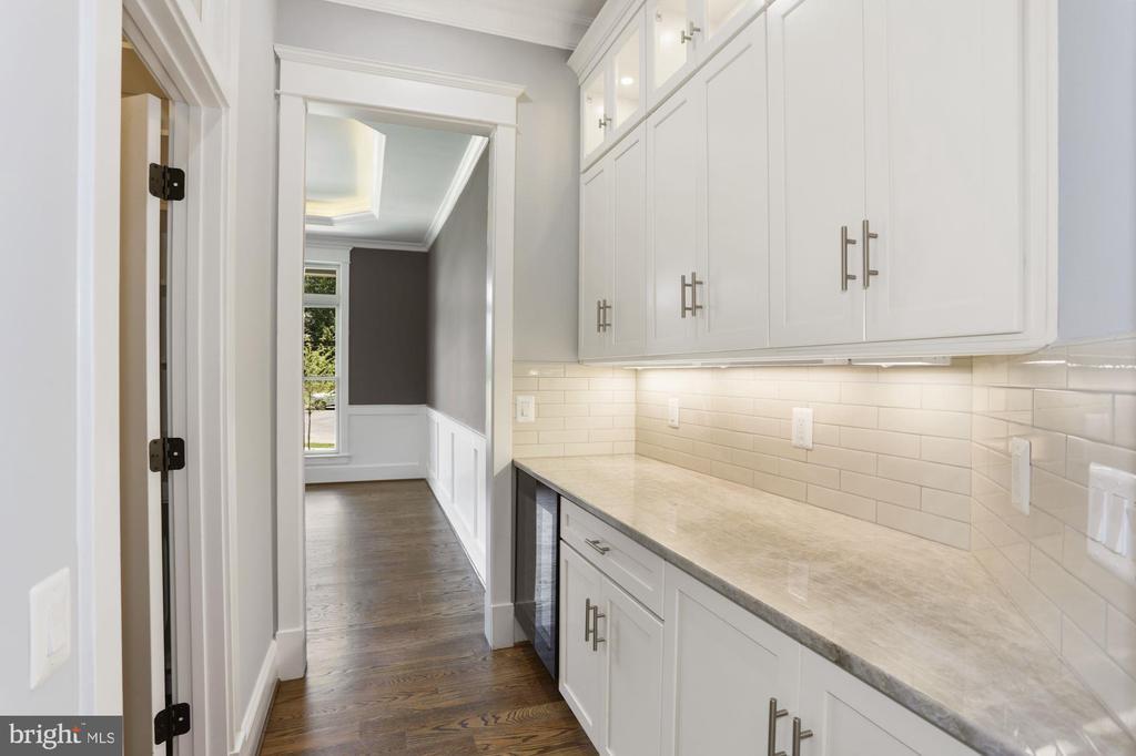 Butler's Panty and Walk-in Kitchen Pantry - 105 MASHIE CT SE, VIENNA