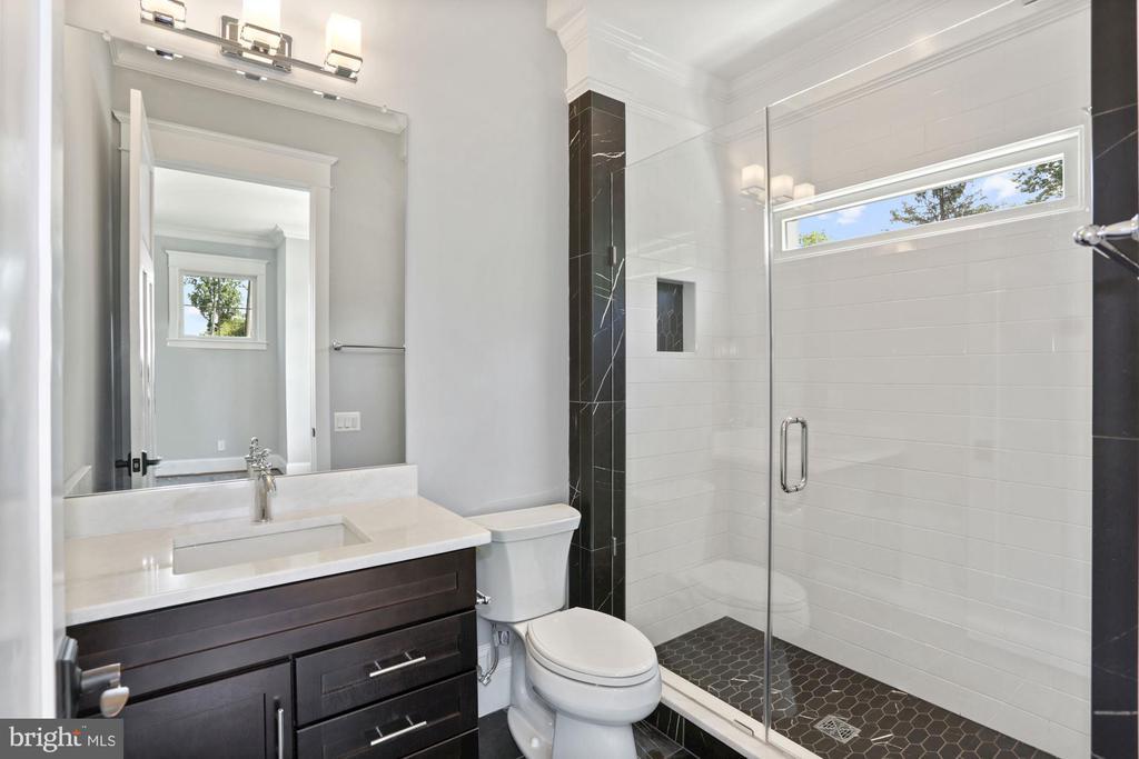 Main Level Bedroom En-Suite! - 105 MASHIE CT SE, VIENNA