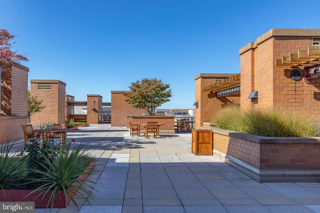 Many defined areas to entertain your guests! - 616 E ST NW #1201, WASHINGTON
