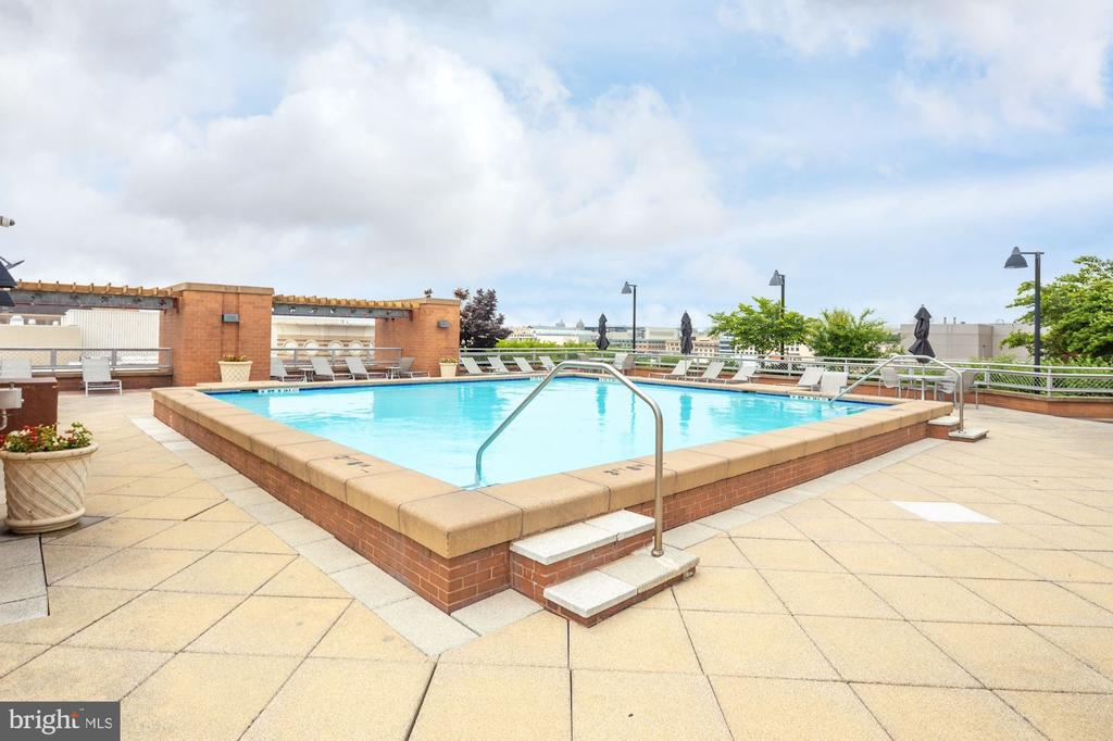 Community Rooftop Pool for Prime Relaxation - 616 E ST NW #1201, WASHINGTON