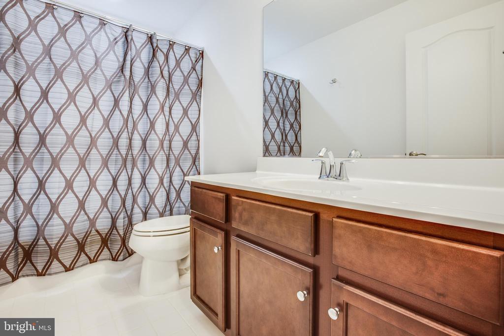 Upper level full bath - 400 CONEFLOWER LN, STAFFORD