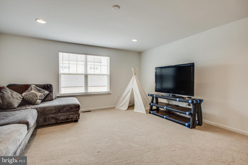 Living space in upper level - 400 CONEFLOWER LN, STAFFORD