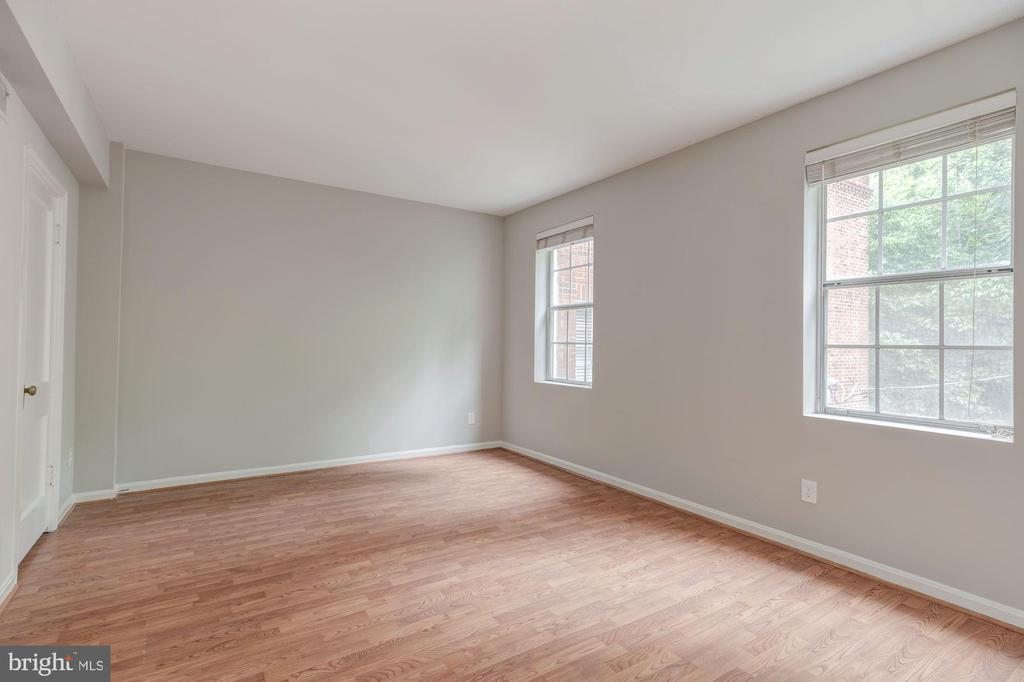 Bedroom with dual closets - 1913 N RHODES ST #17, ARLINGTON