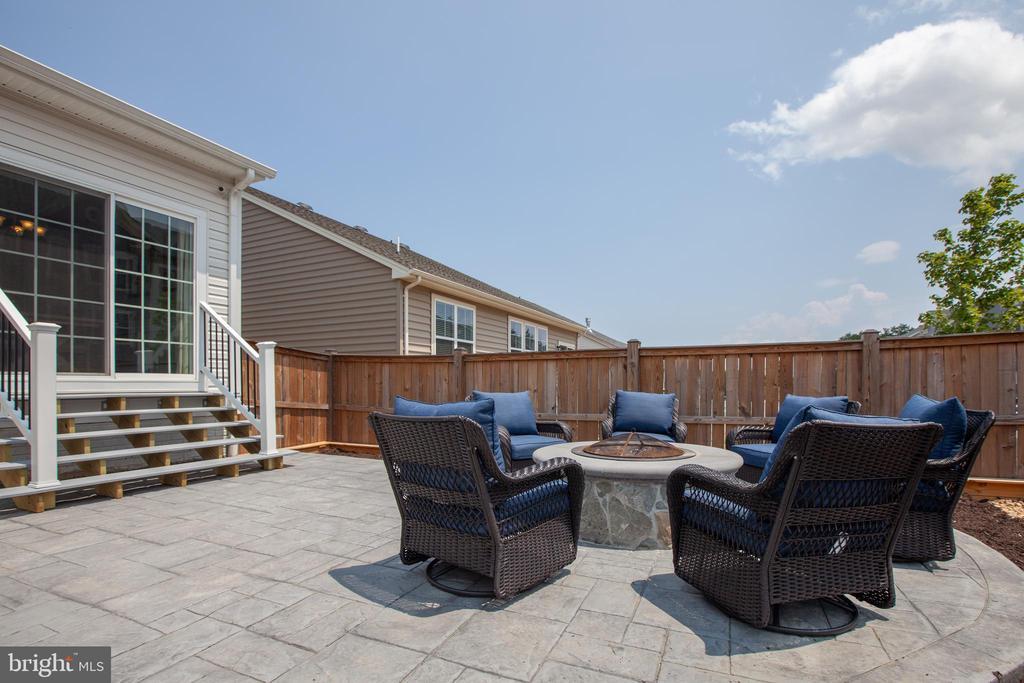 Relax & unwind with fully fenced backyard - 400 CONEFLOWER LN, STAFFORD