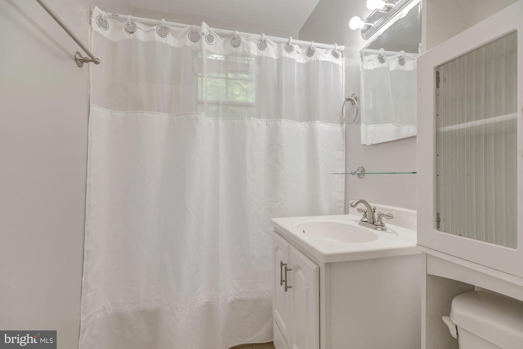 Full Bath - 1913 N RHODES ST #17, ARLINGTON