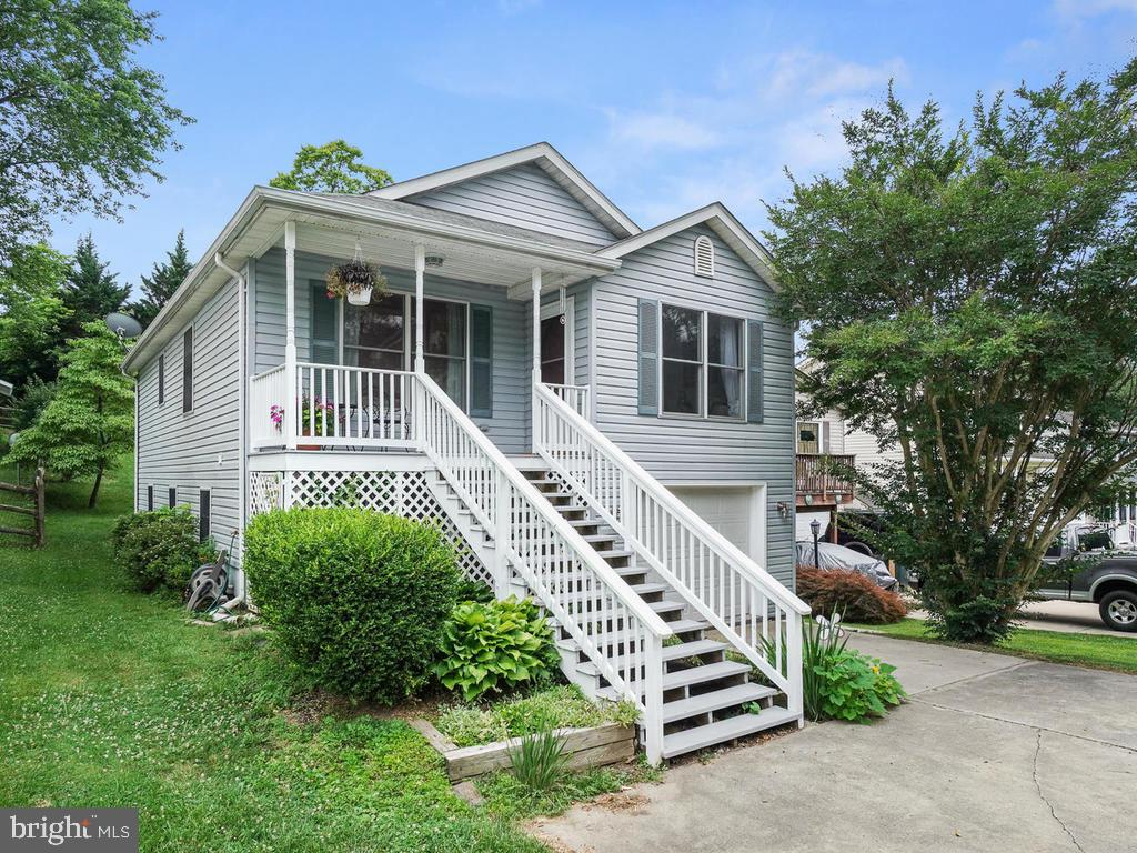 Well maintained front entrance - 318 E D ST, BRUNSWICK