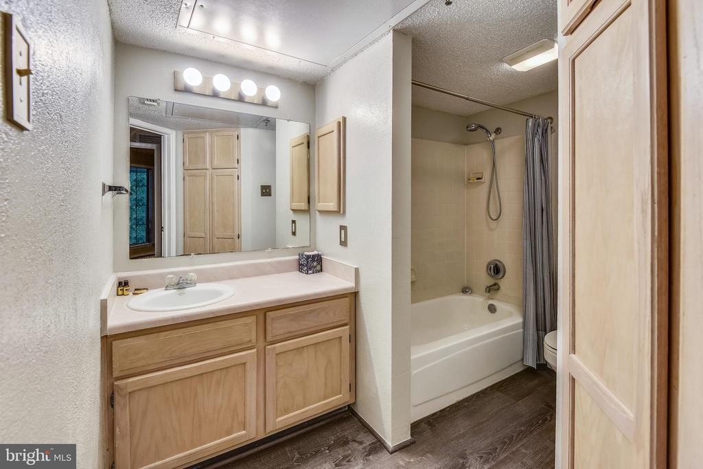 Bath - 1504 LINCOLN WAY #404, MCLEAN