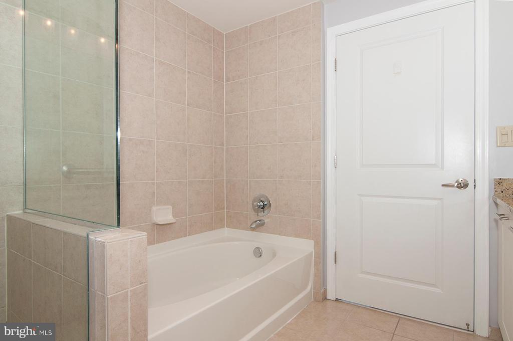 Master suite separate shower and bath - 5750 BOU AVE #1508, NORTH BETHESDA