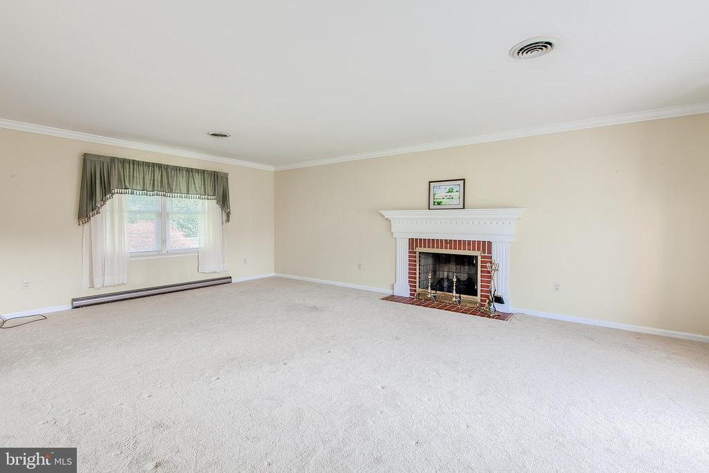 Large formal living room with gas fireplace - 215 BROAD ST, MIDDLETOWN