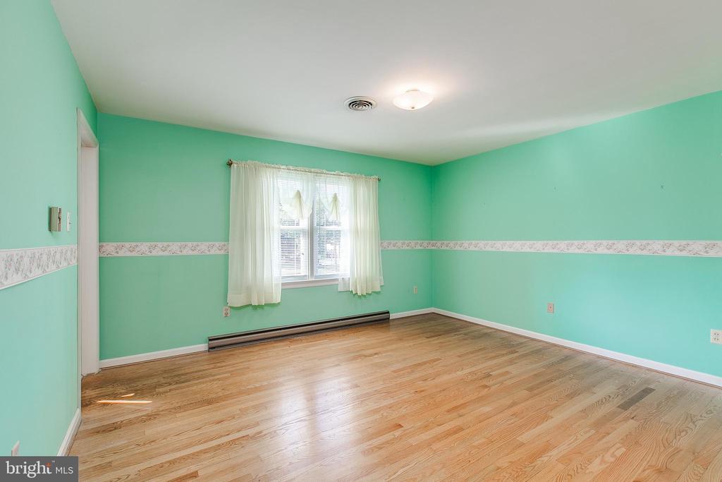 Bedroom with hardwood floors - 215 BROAD ST, MIDDLETOWN