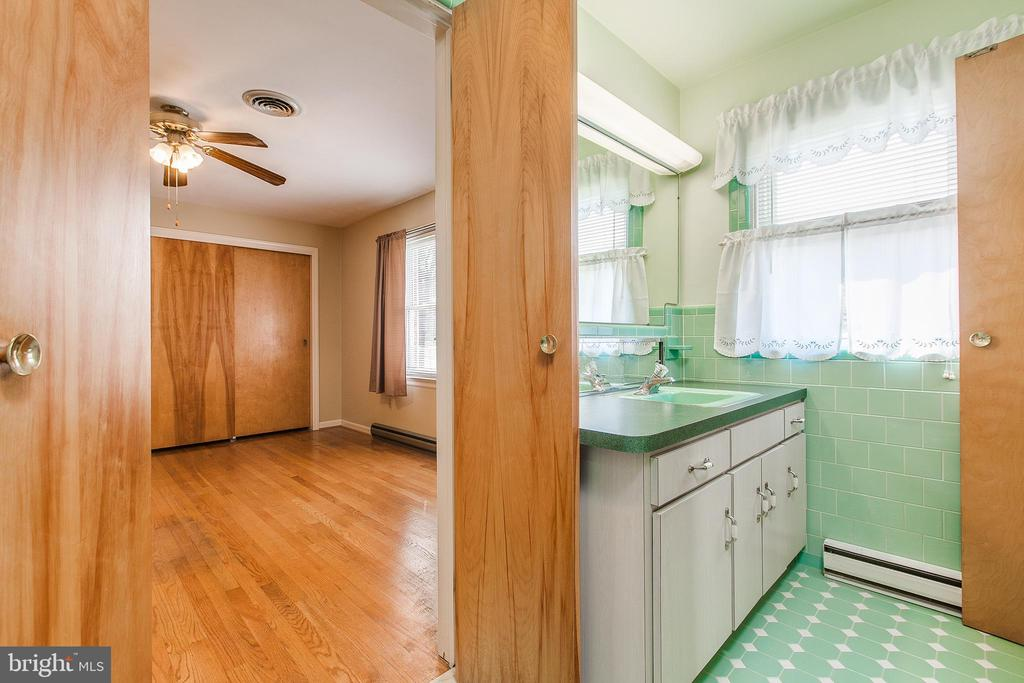 1 of 3 bedrooms with adjoining bathroom - 215 BROAD ST, MIDDLETOWN