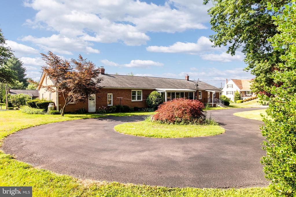 Circular driveway on rear of house - 215 BROAD ST, MIDDLETOWN