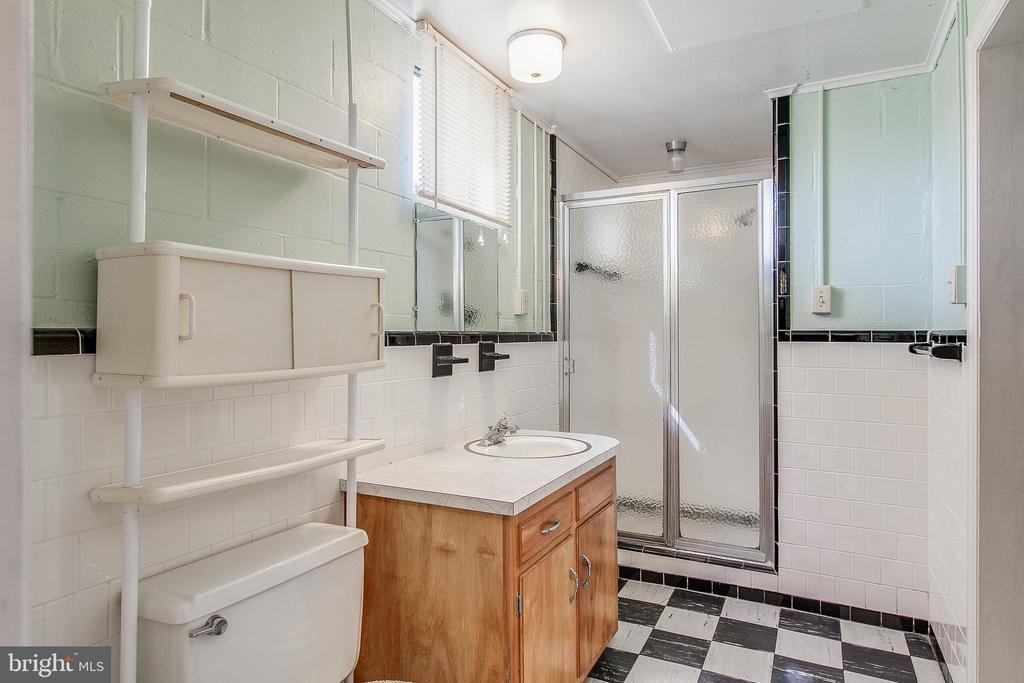 Full bath off bedroom in basement - 215 BROAD ST, MIDDLETOWN