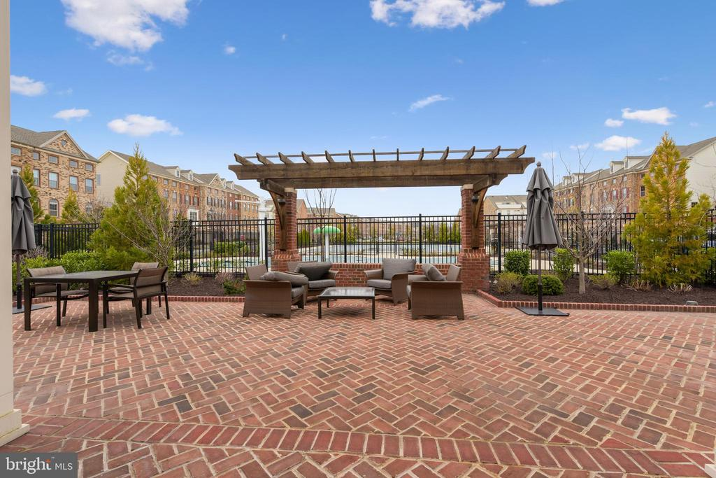 Fun outdoor seating area - 6 ' Covid  distance - 22602 PINKHORN WAY, ASHBURN