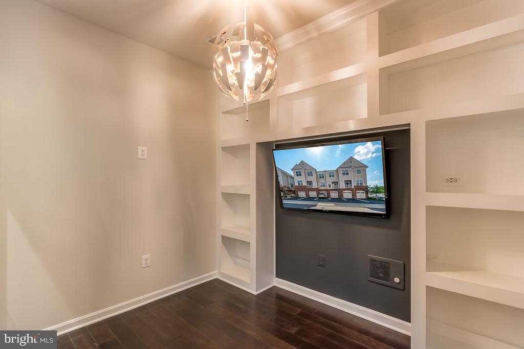 Stunning custom made bookshelves!! - 23305 MILLTOWN KNOLL SQ #112, ASHBURN
