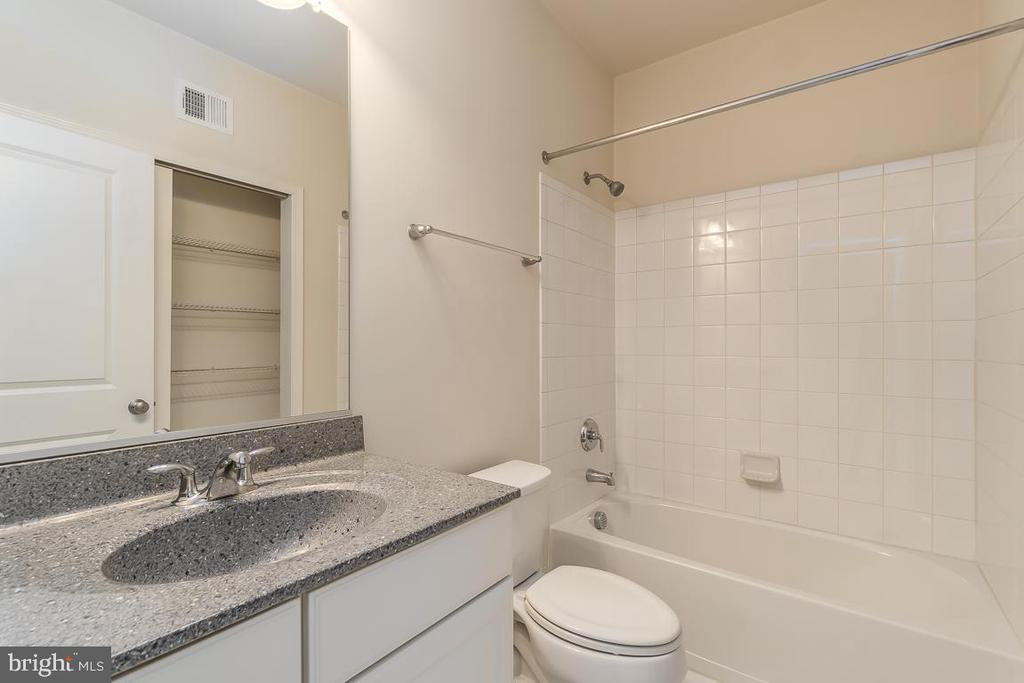 Second master bath! - 23305 MILLTOWN KNOLL SQ #112, ASHBURN