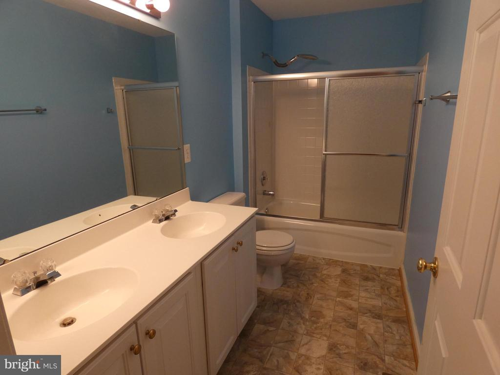 Hall bath between bedrooms #2 and #3 - 43114 LLEWELLYN CT, LEESBURG