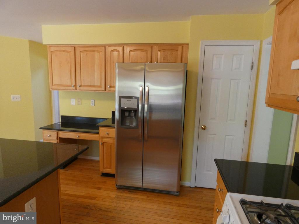 Kitchen view of new stainless refrigerator - 43114 LLEWELLYN CT, LEESBURG