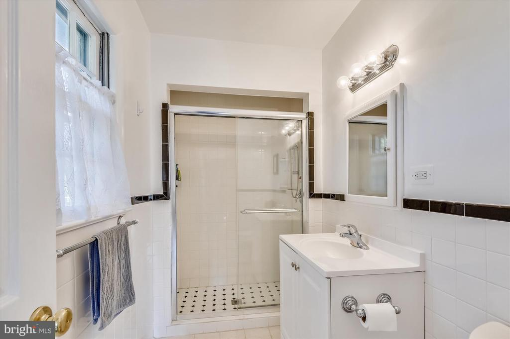 Attached master bath - 9031 GREYLOCK ST, ALEXANDRIA