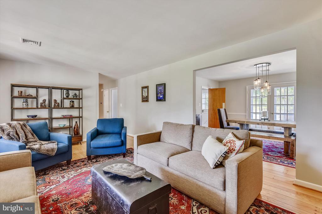 Freely move from living to dining spaces - 9031 GREYLOCK ST, ALEXANDRIA