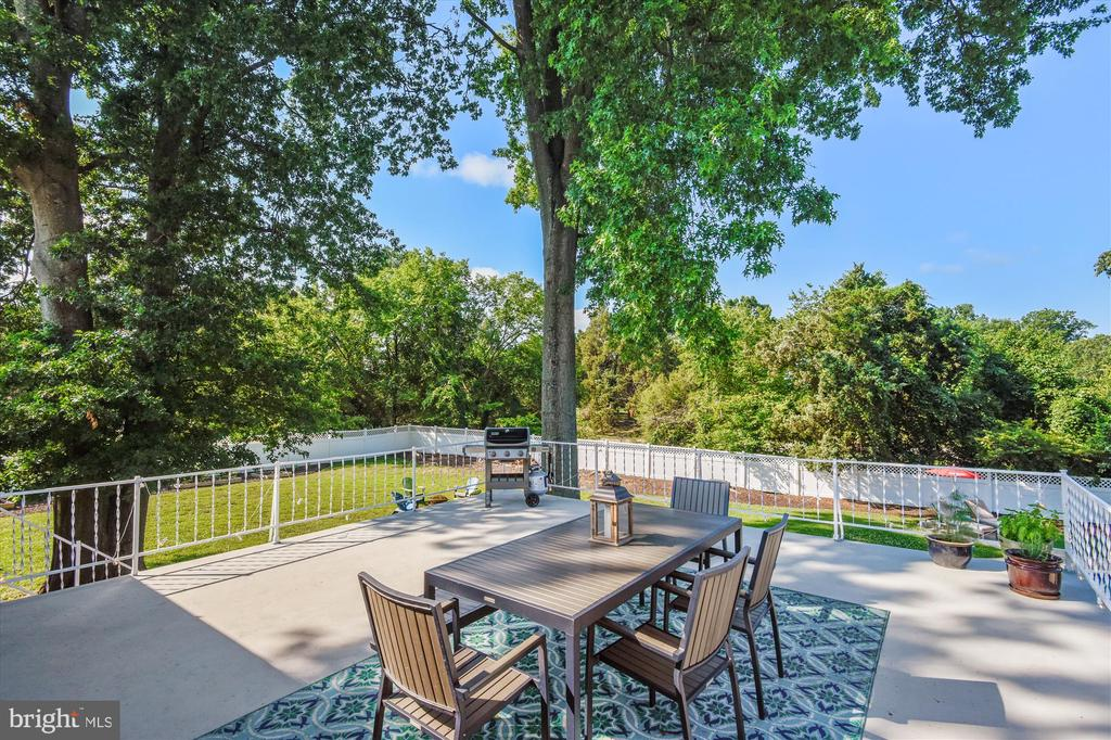 View of deck - walkout from main level kitchen - 9031 GREYLOCK ST, ALEXANDRIA