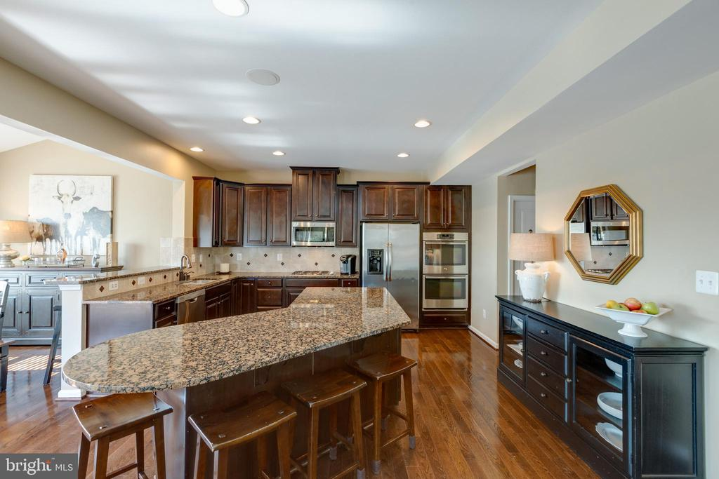 Large kitchen island! - 25821 RACING SUN DR, ALDIE