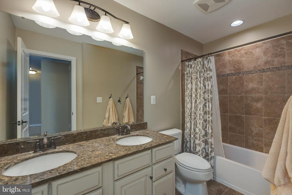 Hall bath - 25821 RACING SUN DR, ALDIE