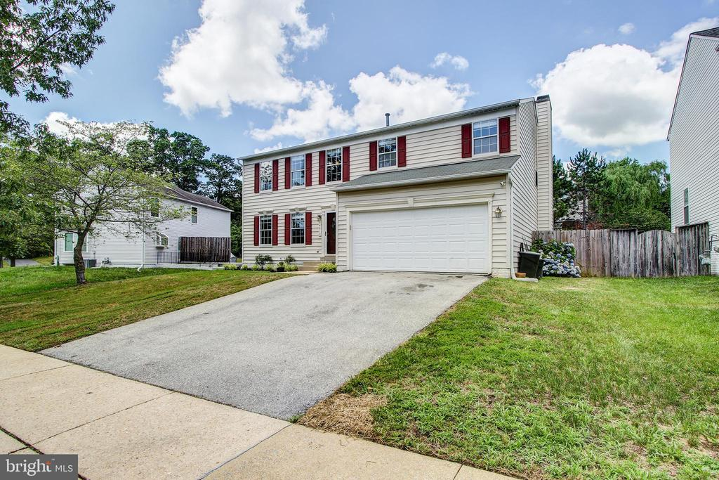 Wide driveway and two car attached garage - 14810 CROSSVALLEY RD, BURTONSVILLE
