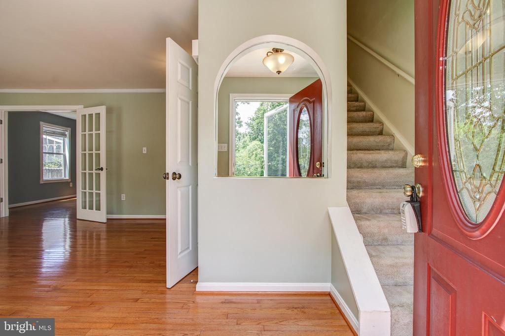 Inviting entrance - 14810 CROSSVALLEY RD, BURTONSVILLE